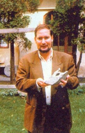 Michael Hesemann 1995 mit dem Objekt vor Ort. Hesemann hat es nicht