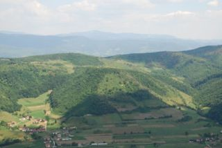 Abb. 2 Blick auf die sogenannte Mondpyramide von der gegenüber-liegenden Sonnenpyramide. Sehr gut erkennt man das Geländeprofil des Tals von Visoko.
