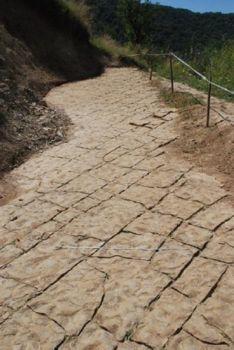 Abb. 3 Blick auf die Steinterrassen der Mondpyramide. Die regelmäßig verlaufenden Steinplatten seien ein untrüglicher Befund für die künstliche Natur dieses Bauwerks.